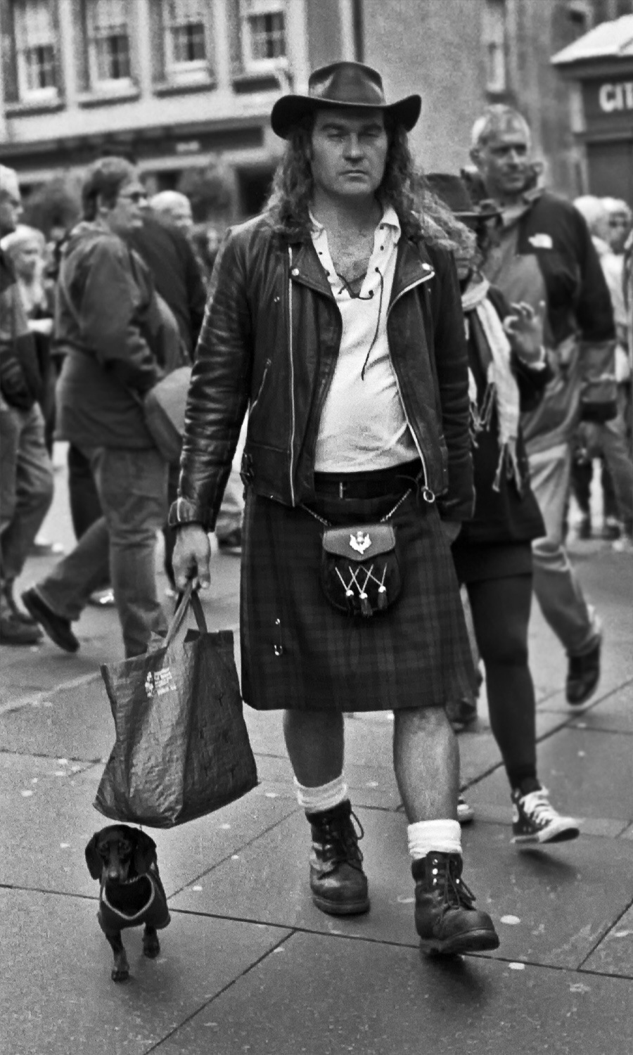 very tall scotsman in kilt walks his very small dog edinburgh fringe festival 2014 street photography uk photographer kevin shelley prints for sale leica m6 voigtlander 50 1.5